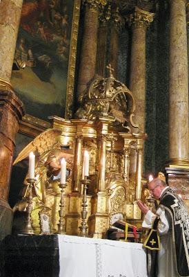 "Ali hodimo proti nebesom vzvratno?  – Pastoralni premislek o liturgični ""orientaciji"""