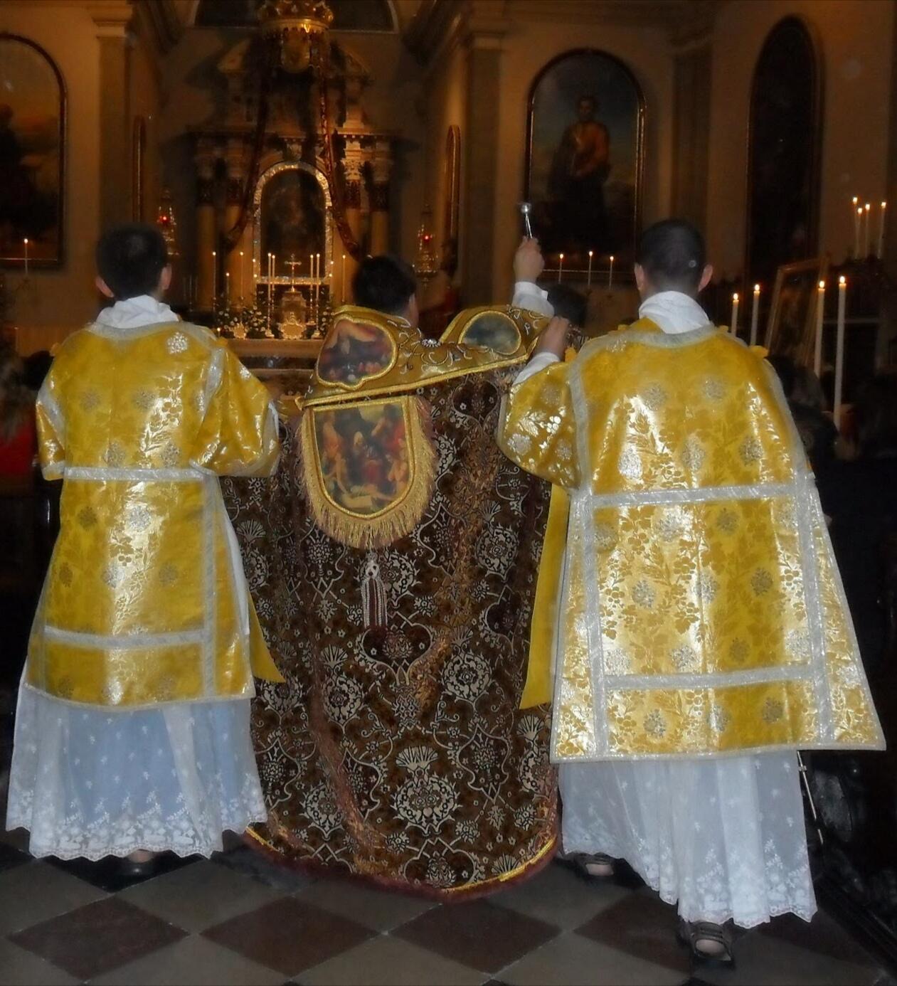Kropljenje ljudstva pred glavno nedeljsko sveto mašo
